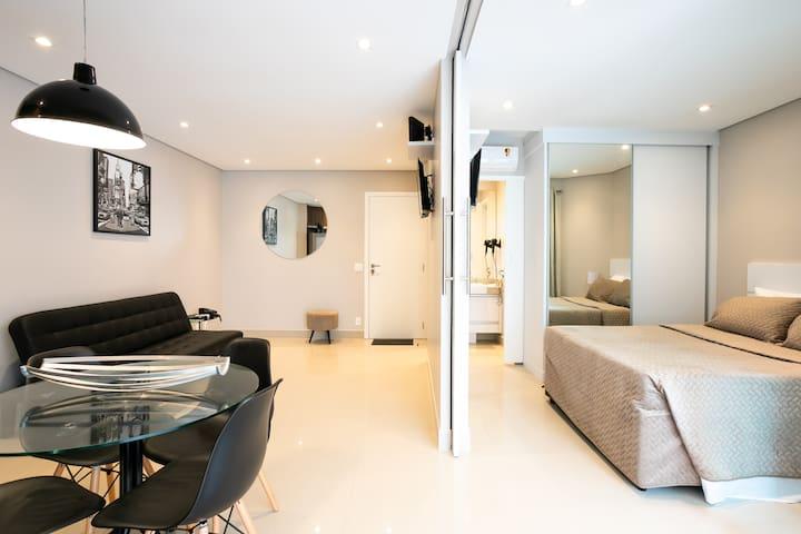 Cozinha completa integrada com a sala.