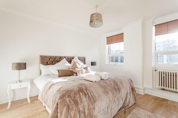 Two Bedroom Apartment opposite Southampton Marina!
