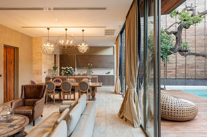 4室3层 超豪华日式纯木精装修无边瀑布泳池别墅 免费摩托车 @Central EastVille