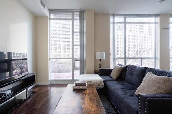 *Luxury* 2Bdrm+2Bath Waterfront Condo in Downtown