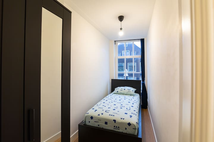 Room in elegant apt; canal view. Near Centraal stn