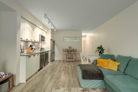 LUXURY DOWNTOWN SQUAMISH! 2bd lounge with parking!