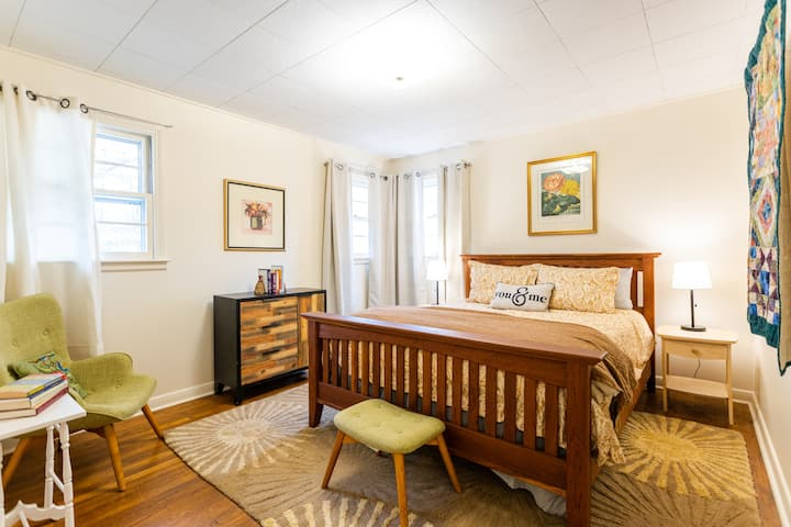 Lakewalk Cottage for family, friends, pets &lovers