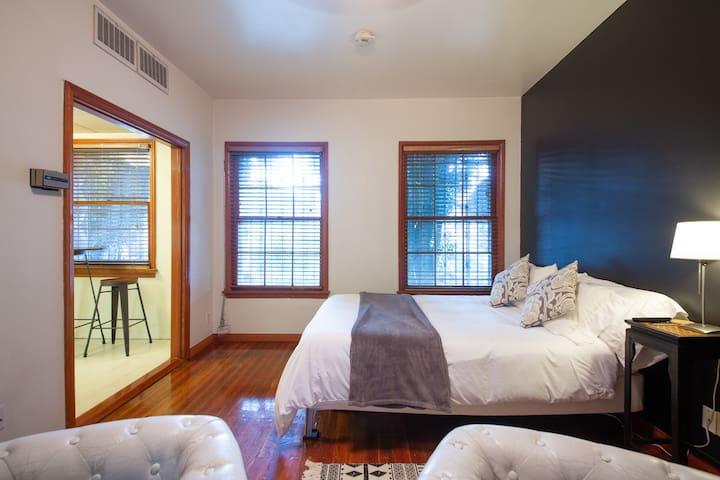 Studio Apartment in Miracle Mile