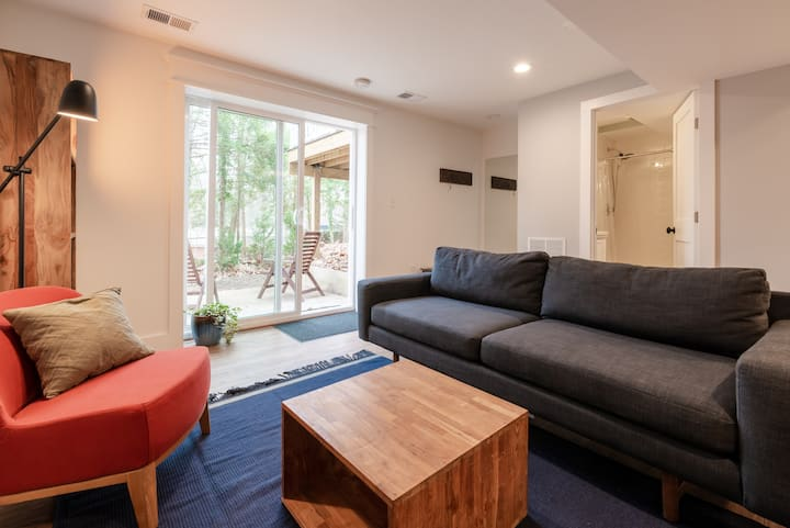 Beautiful 1 Bedroom Apartment w/Private Backyard