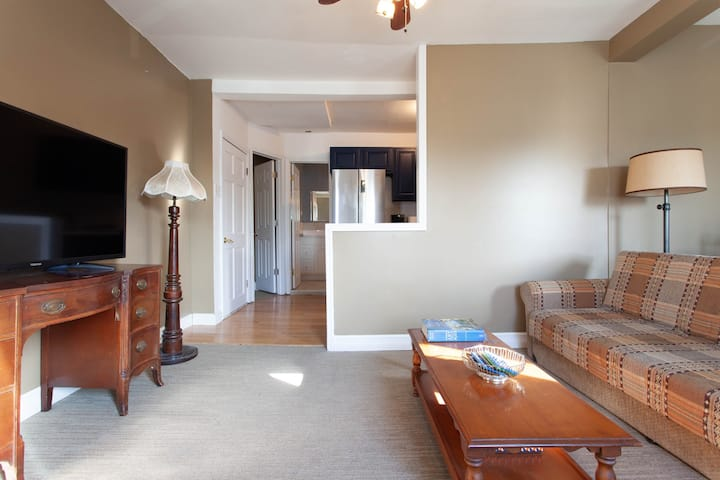 Sunny, cozy & quiet 2nd floor apartment in a house