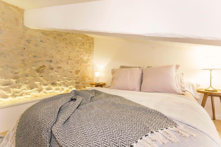 Sommier et literie sont de qualité. La dimension du lit est 140 X 190 2 tables de nuit et un éclairage d'ambiance de galets.