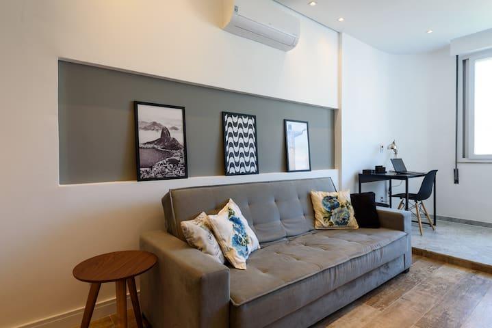 Sofa cama tamanho casal para 2 pessoas / Sofa couch double for 2 people  O mais bonito e top aluguel de temporada Copacabana Rio no Airbnb. A Melhor Escolha para sua estadia!  Vista Panorâmica para o Mar/ Stunning View / Ocean View / Panoramablick