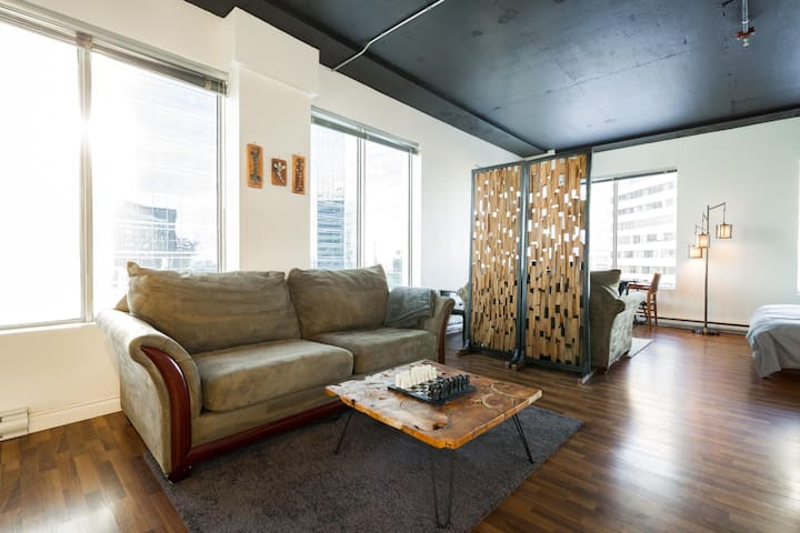 Cool Condo - Amazing Views - Connected to the LRT