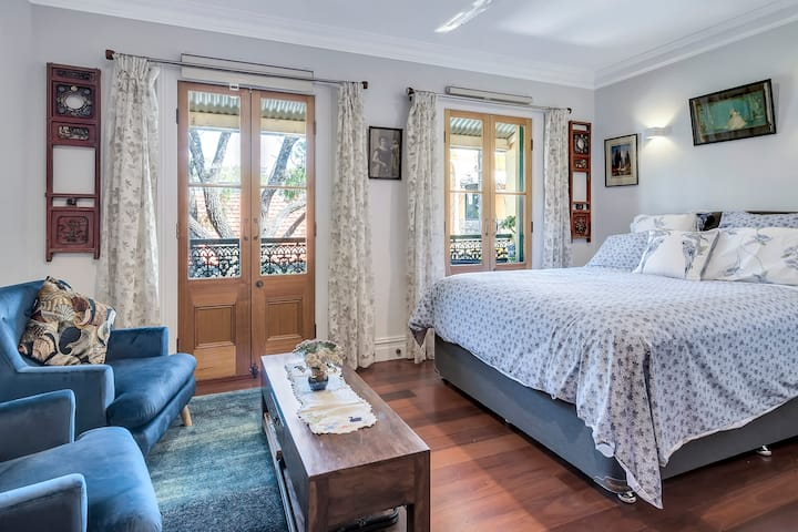 Charming room with balcony in the heart of Newtown