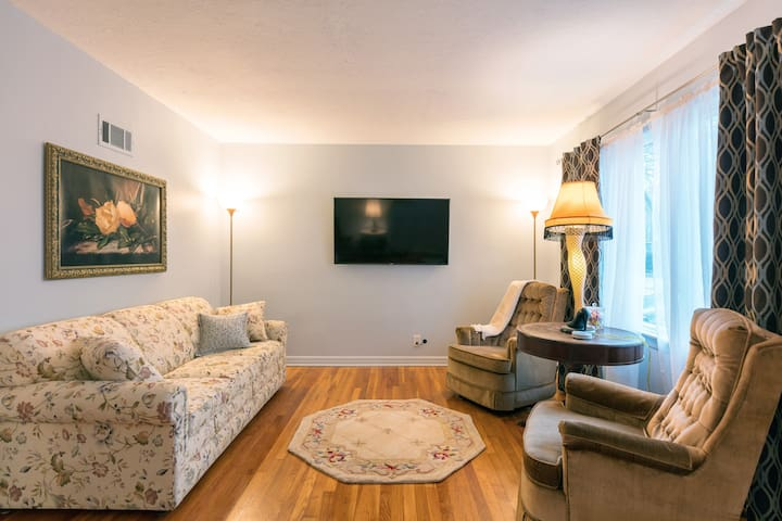 1950's Themed Bungalow with Modern Comforts!