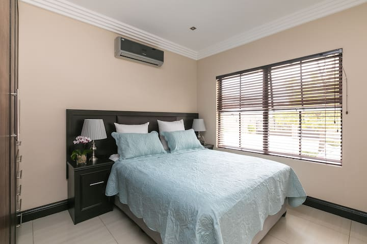 Fourways exec room wifi aircon 2km → Fourways Mall