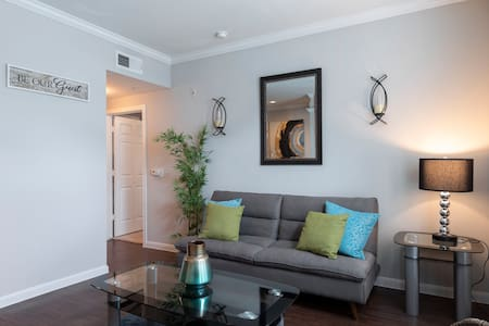 King Bed, Pool w/ Free Parking in the Woodlands