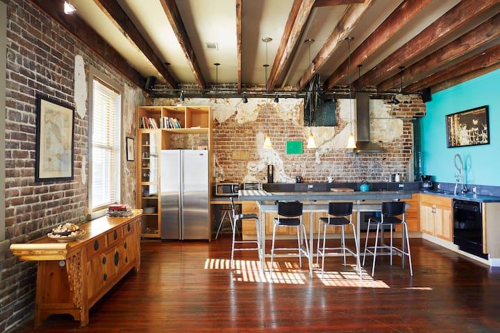 Telfair Loft 413: Downtown Savannah's Heart