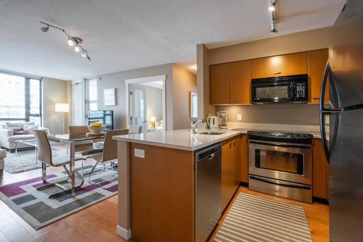 Perfect Downtown Condo, free secure onsite Parking