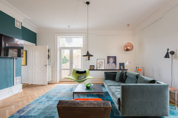 250 m2 in the heart of CPH: cosy, design, LPs