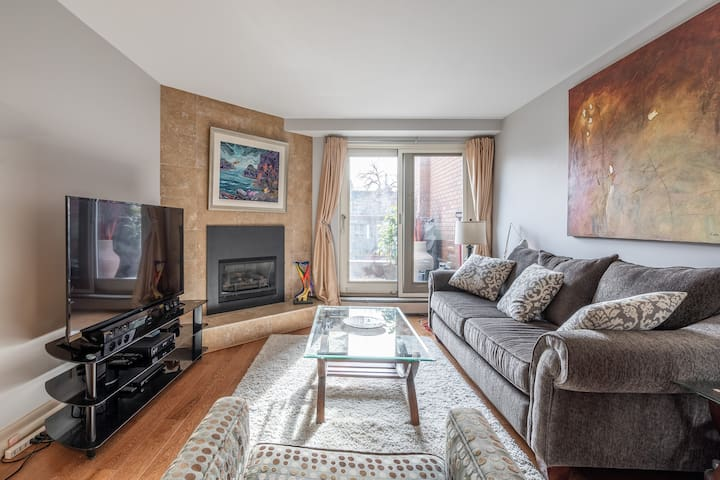 Great location, lots of green space, available parking. Coffee, towels bed, even bottled water and a toothbrush. I really enjoyed being in such a convenient location with many options for restaurants/pubs and literary 5 min drive to downtown.