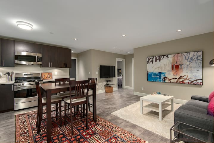 2 BEDROOM PRIVATE RETREAT NEAR EVERYTHING TO SEE!