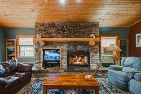 The Happy Elk Lodge -sleeps 6 with mountain views