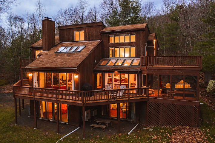 Phoenicia Retreat: Private Home with Fireplace & Pond