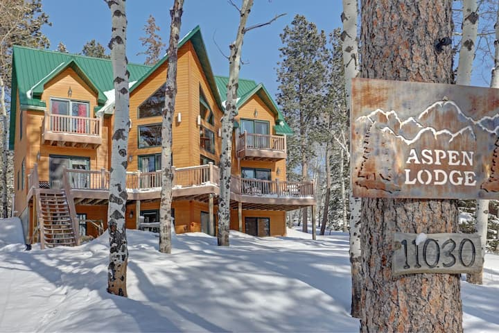 Aspen Lodge - Beautiful 5 bedroom, 5 bath Lodge with private back deck, hot tub, wifi and foosball!