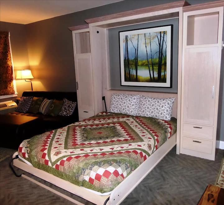 Bella Paradiso Condo 14 - Queen Studio with Kitchenette - Walk to Downtown, Free Parking, WiFi