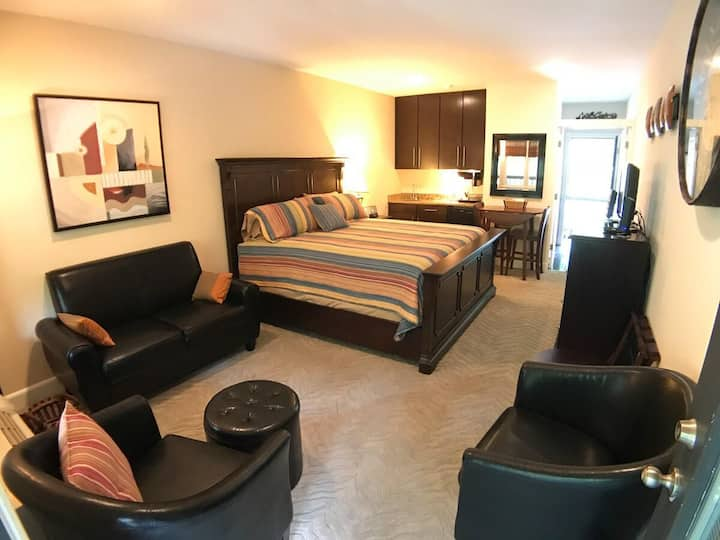 Bella Paradiso #10 - King Studio with Kitchenette,  Walk to Downtown, Free Parking, Wifi, Patio