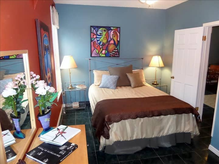 The Moderne, Vibrant Artist's Suite in Downtown, Fun & Funky Private Balcony Overlooking Main St.