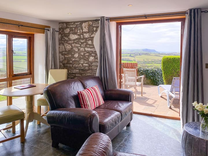 Pengenna Parlour - Luxury self-catering apartment with countryside/sea views for two in Cornwall