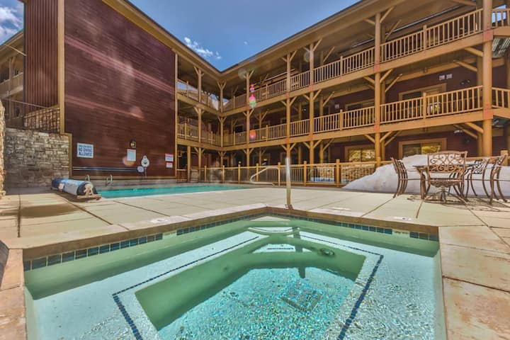 *FREE Zip Line Tours* Heated Outdoor Pool, Private Hot Tub, 2 Master Suites, On Free Shuttle Route