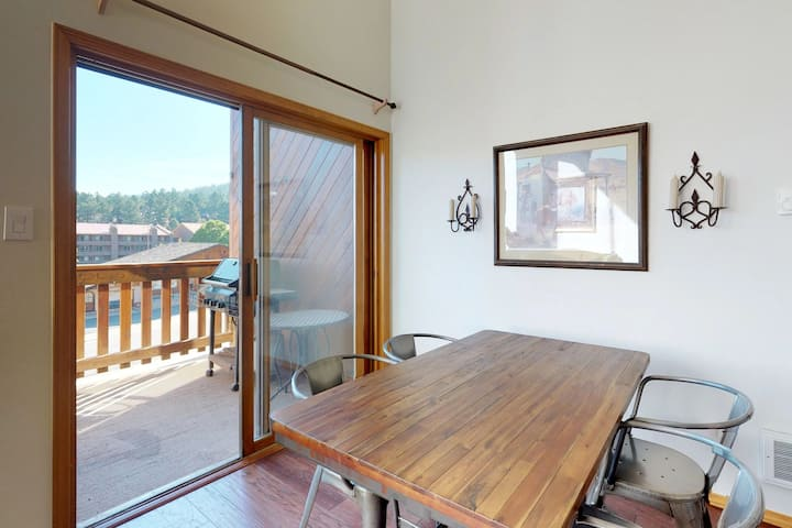 Lofty condo w/ deck, mountain views & jetted tub - 300 feet to lift