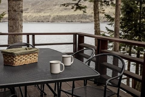 Beautiful Cabin Right on the Banks of the Lake w/Free WiFi, Private W/D, & Patio