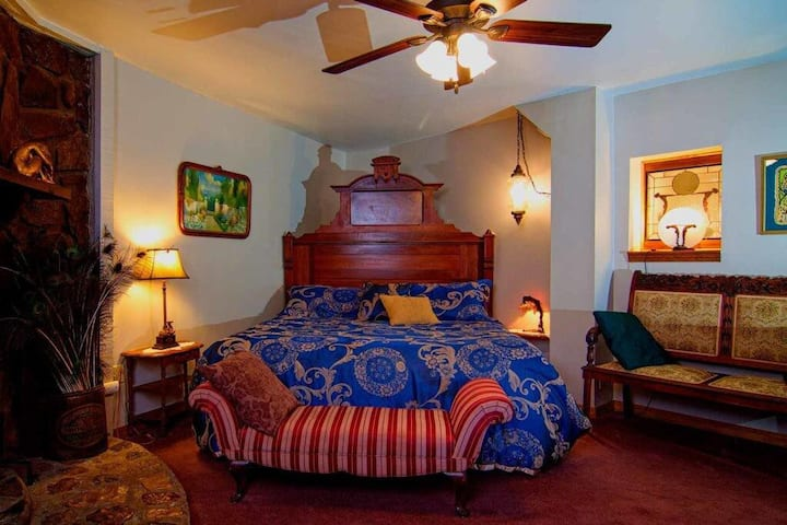 Memories Suite, King Bed, Spa Tub for Two, Private Deck, Fireplace, Cable