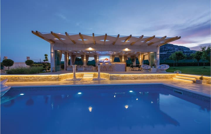 Beautiful home in Seget Donji with Jacuzzi, WiFi and 3 Bedrooms