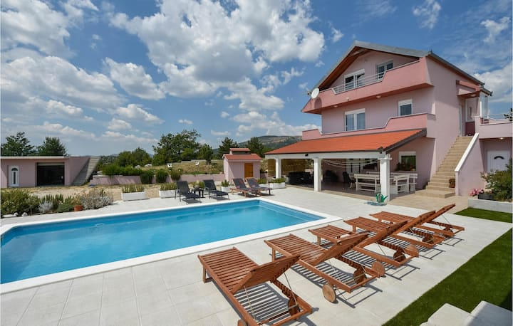 Stunning home in Neoric with WiFi and 5 Bedrooms