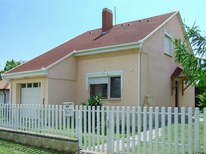Holiday home 400m from the lake and beach