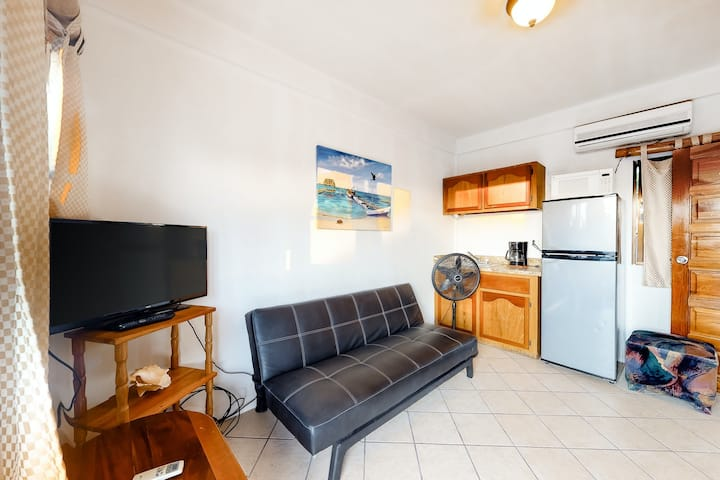 Budget-friendly suite w/ WiFi, AC & shared pool/grill/views - bike to the beach!