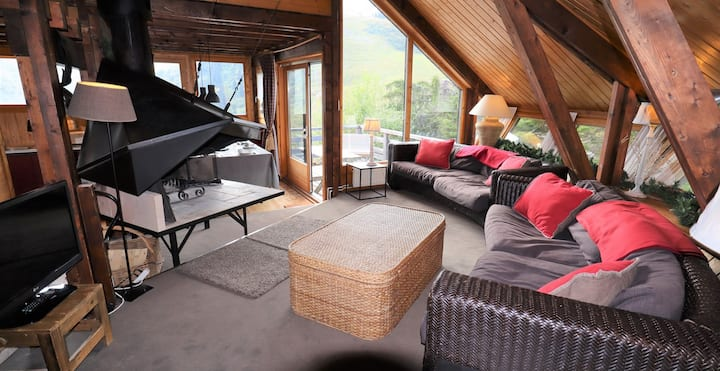 Located in the old Avoriaz, the chalet Vuargne guaranteed to live the winter holydays in an authentic and warm environme