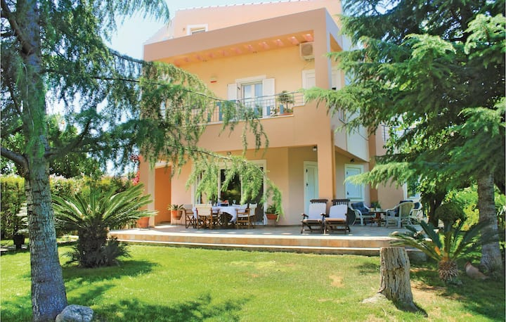 Amazing home in Tsaousi with WiFi, Outdoor swimming pool and 3 Bedrooms