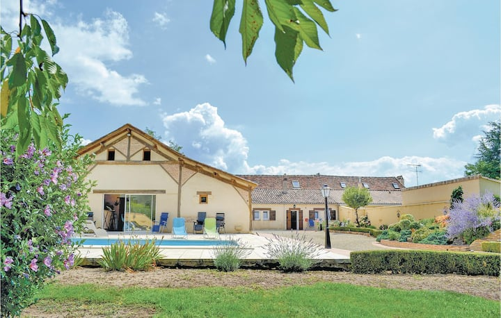 Awesome home in St Pierre d'Eyraud with WiFi and 3 Bedrooms