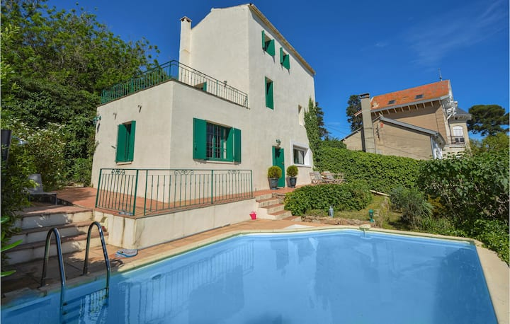 Amazing home in Sete with WiFi and 4 Bedrooms