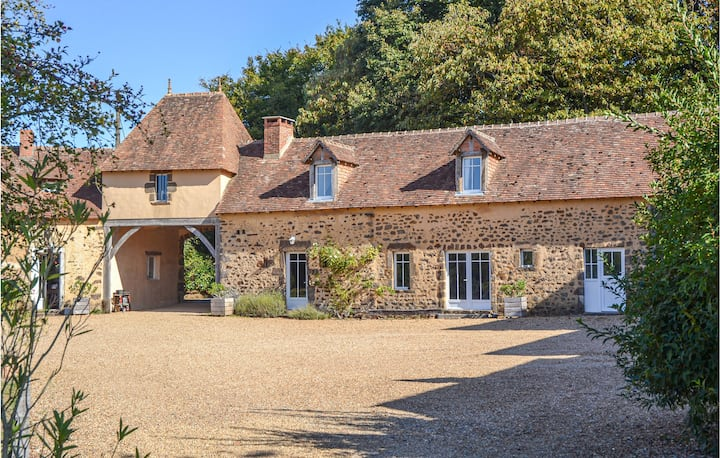 Stunning home in Domfront en Champagne with WiFi, Outdoor swimming pool and 2 Bedrooms