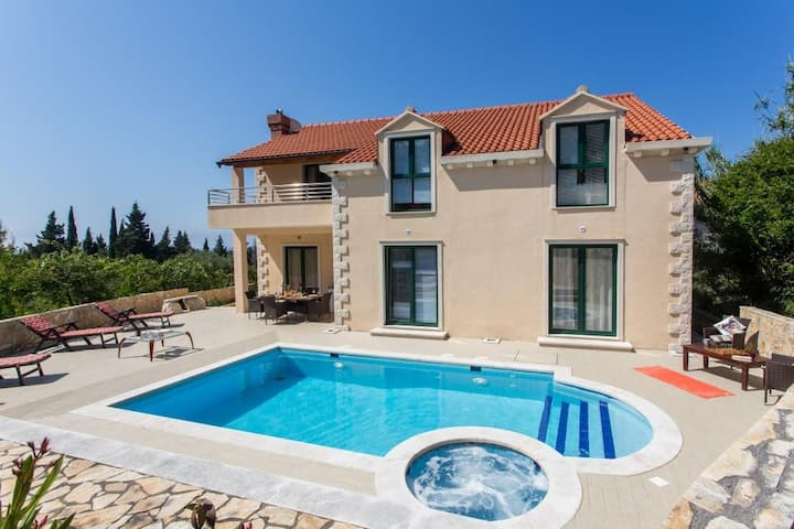 Villa Avoca - Four Bedroom Apartment with Two Balconies and Swimming Pool