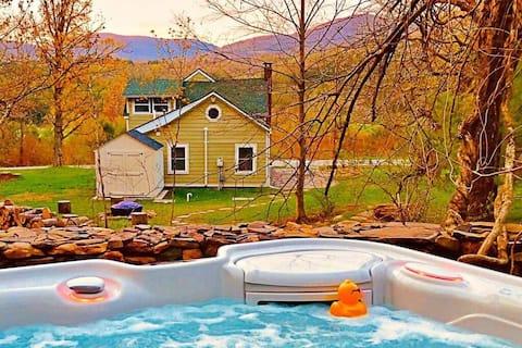 Romantic Catskills Cottage w/ Spa Hot Tub/Views!