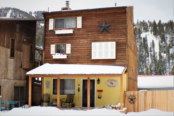 Yellow Rose - In Town, Pet Friendly - WiFi- Cable- Washer/Dryer- Fenced In Patio with Picnic Table and Charcoal Grill- Close To Main Street
