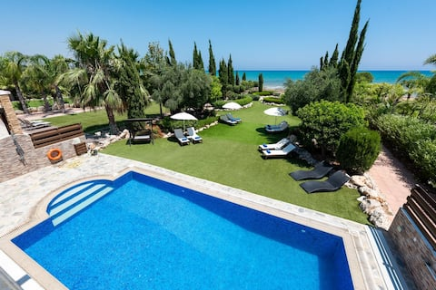 Sea Front Oceanus H3 Spacious family villa, private pool and beautiful garden