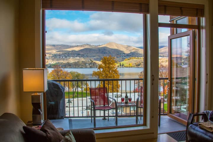 Top-floor luxury penthouse suite w/spectacular views, steps to lake/pool/hot tub