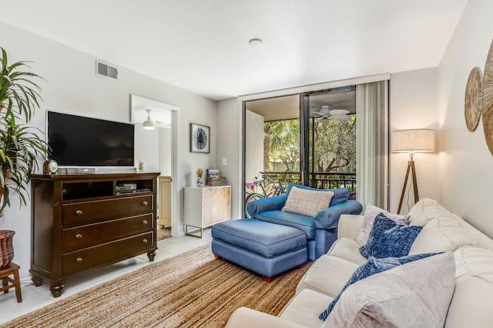 Bright & cozy condo with close beach access & private shuttle