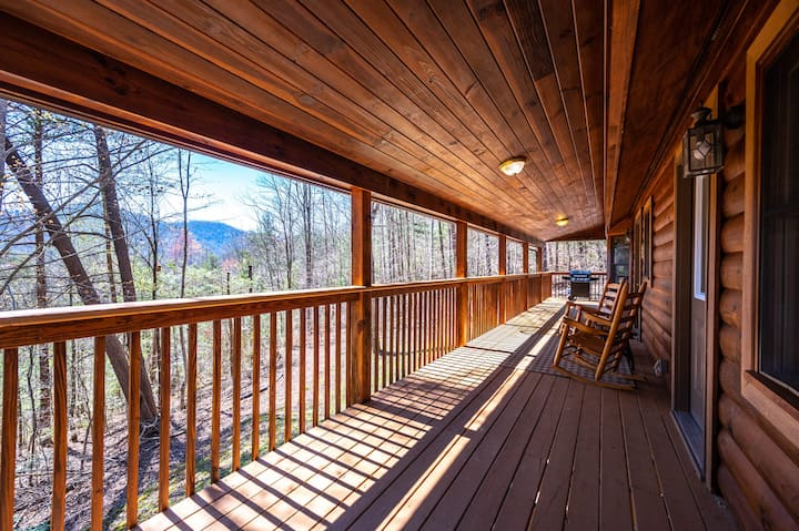 Close 'n Secluded*Awesome Cabin*HotTub*Wfi *Pool*!