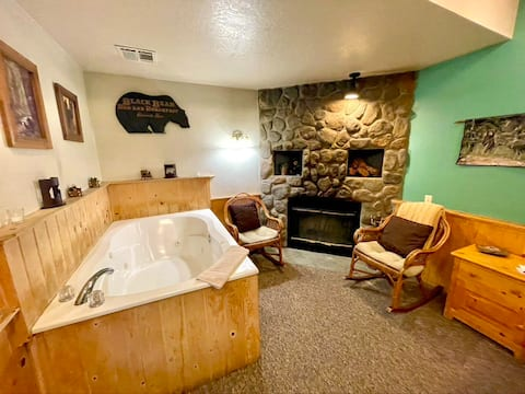 Cozy Honeymoon Jacuzzi Resort Cabin ~ Walk to Village and Lake